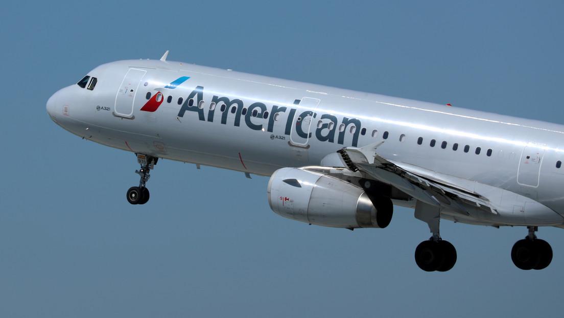 Graba a un pasajero que le golpea y empuja su asiento reclinado en un avión y afirma que una azafata lo 'premió' con ron