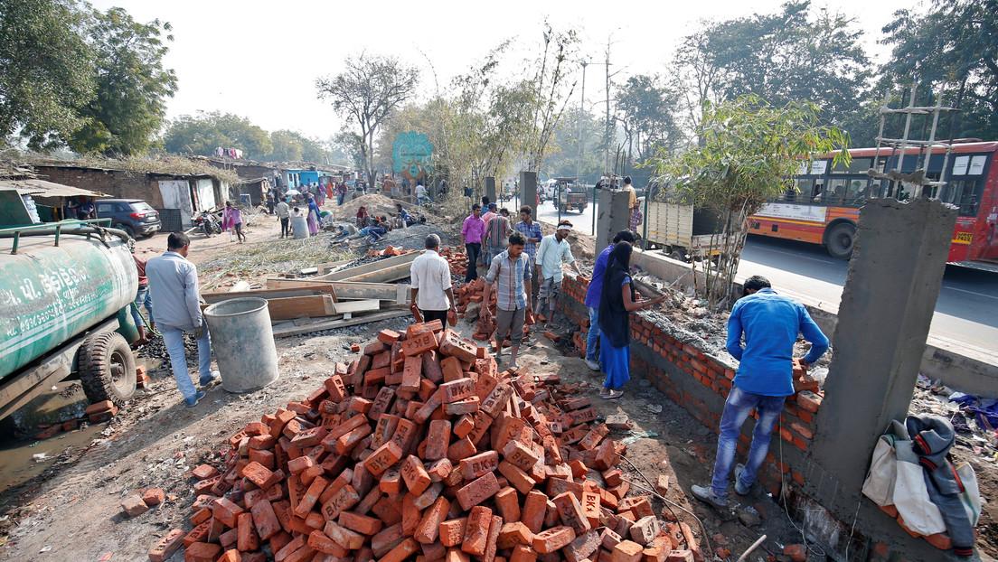 India se prepara para la visita de Trump construyendo un muro de casi 2 metros