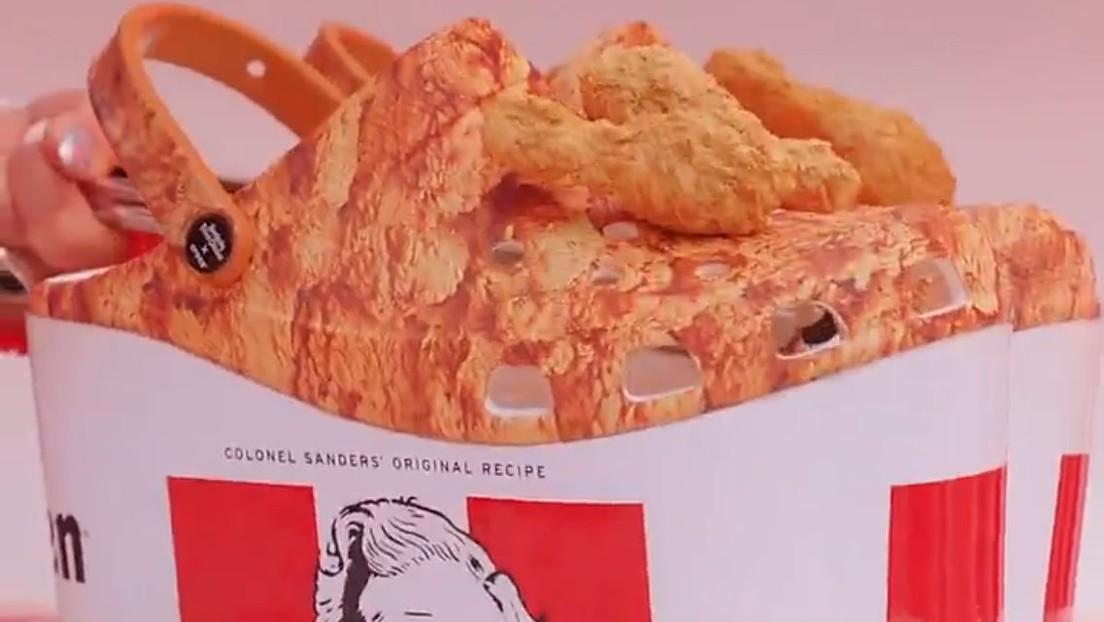 Zuecos decorados con alitas de pollo que desprenden olor: Crocs y KFC presentan el resultado de su colaboración (VIDEO)