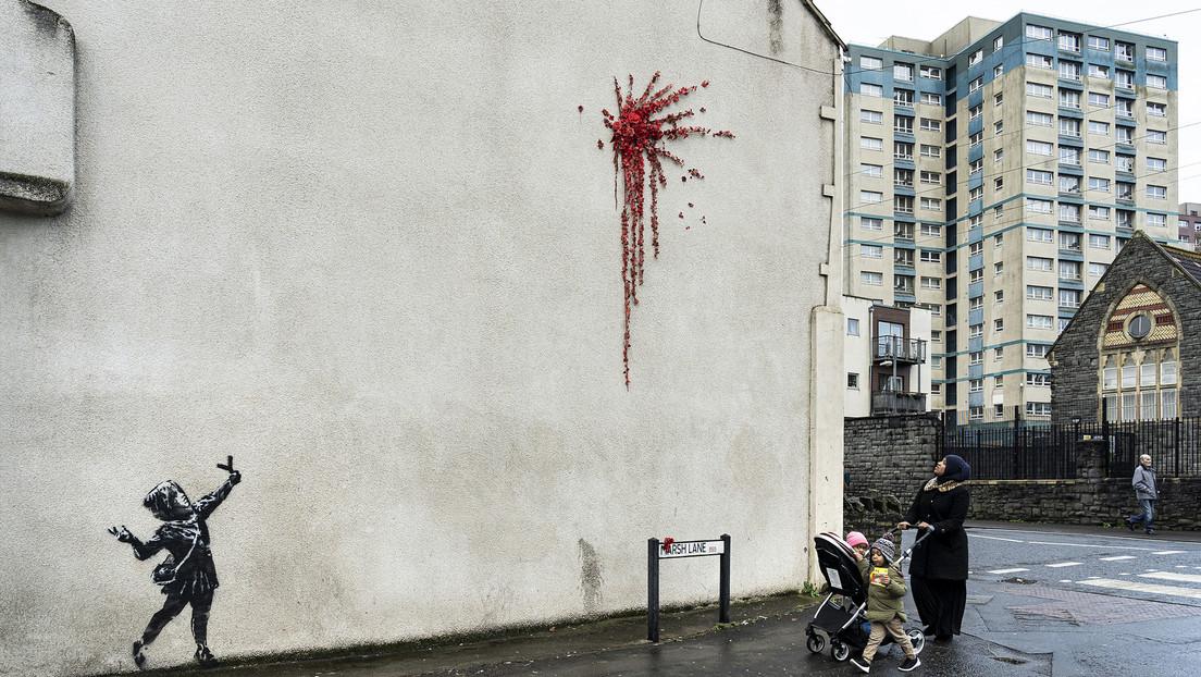 FOTO: Banksy regala a su ciudad natal una nueva obra que mezcla violencia e inocencia para el Día de San Valentín
