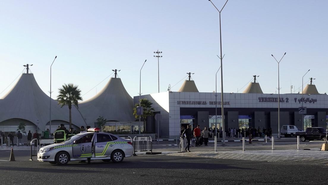 Arrestan en Egipto a un británico por abusar sexualmente de un aduanero y sus amigos afirman que solo le dio unas palmadas en la espalda