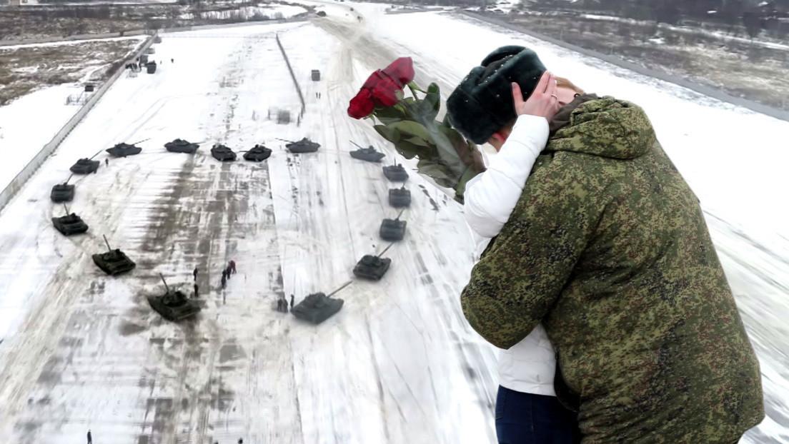 VIDEO: Un militar ruso construye un corazón con 16 tanques para pedir la mano de su novia