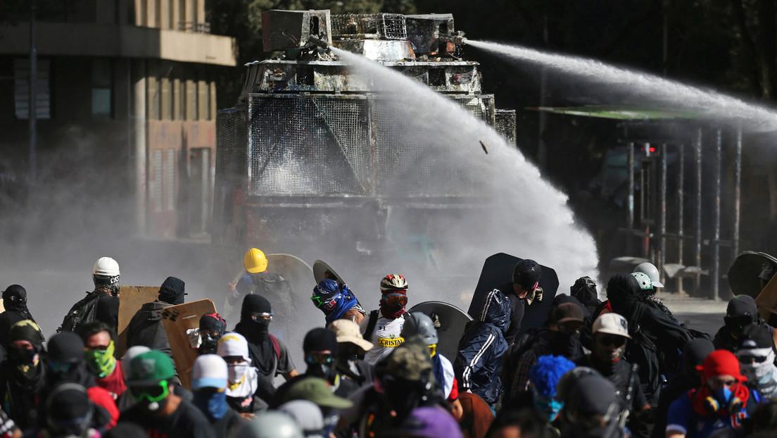 """Incendios y disturbios en Santiago de Chile durante protesta bajo el lema """"Un Valentín sin Rozas"""" para pedir la dimisión del jefe de Carabineros"""