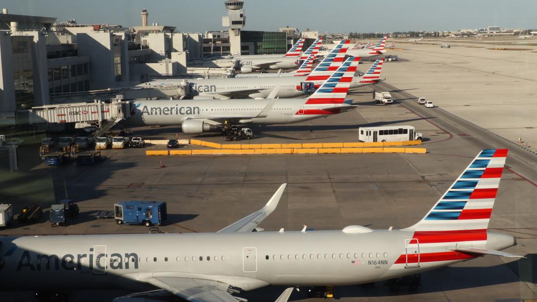 Una pasajera de American Airlines quiere presentar cargos contra el hombre que golpeaba su asiento durante un vuelo