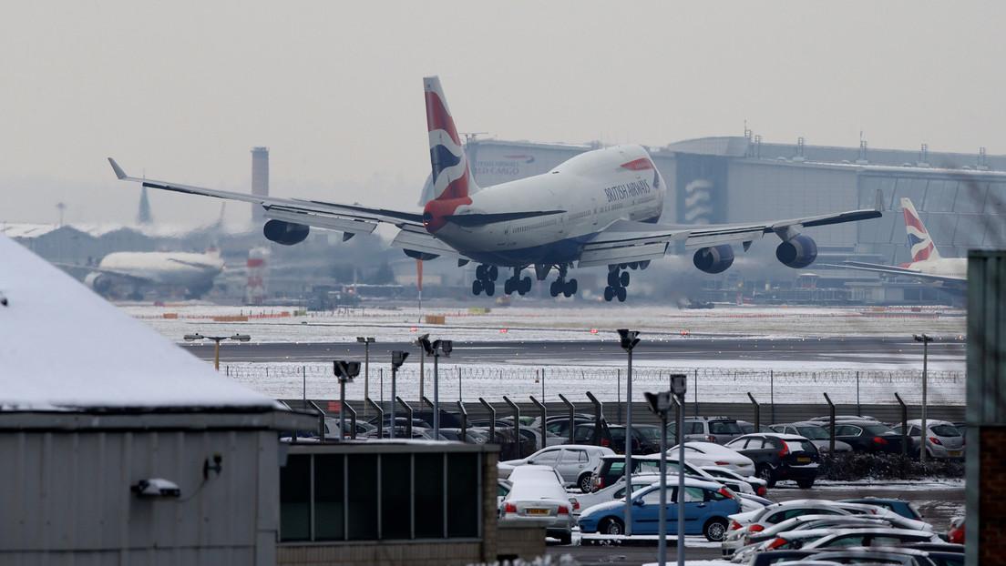 VIDEO: Un avión realiza un aterrizaje prácticamente vertical en medio del violento viento cruzado en Londres
