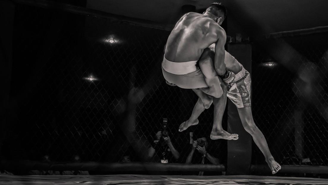 VIDEO: Un árbitro muestra sus impresionantes reflejos tirándose a la lona junto a un luchador noqueado para protegerle el cuello