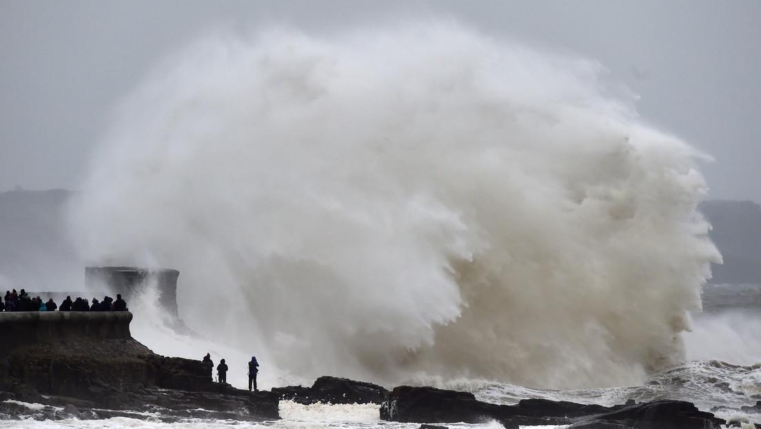 """VIDEO: La """"devastadora"""" tormenta Dennis deja sus primeras víctimas y avanza por Europa con fuertes vientos y provocando masivas inundaciones"""