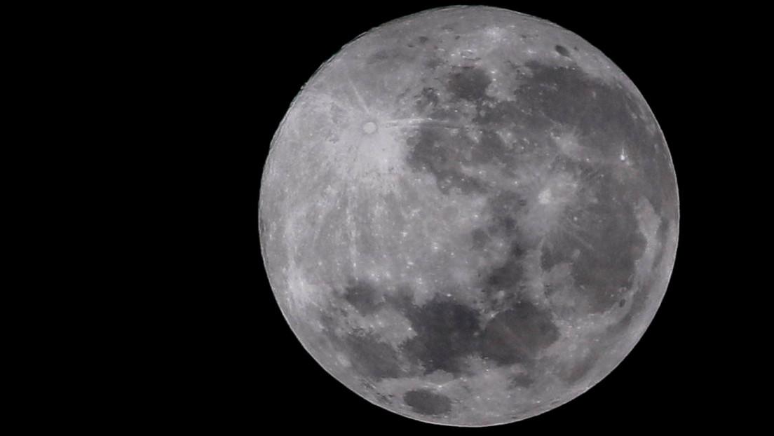 Encuentran la manera de extraer información de un grano lunar igual de ancho que un cabello humano