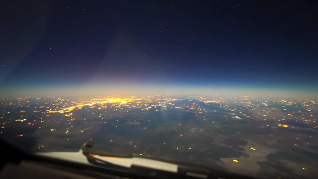 VIDEO: Graban un viaje nocturno de París a Buenos Aires con luna llena desde la cabina de un avión comercial