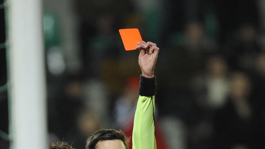 Expulsan a un entrenador italiano por agredir a uno de sus jugadores en medio de un ataque de furia (VIDEO)