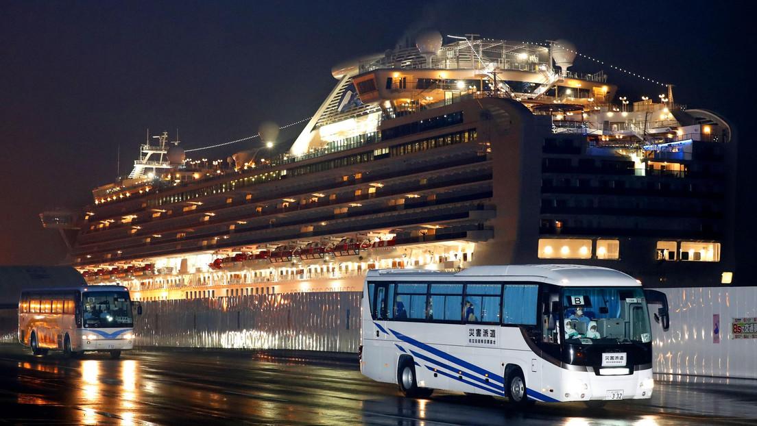 Empieza la evacuación de pasajeros del crucero puesto en cuarentena en un puerto de Japón debido al coronavirus