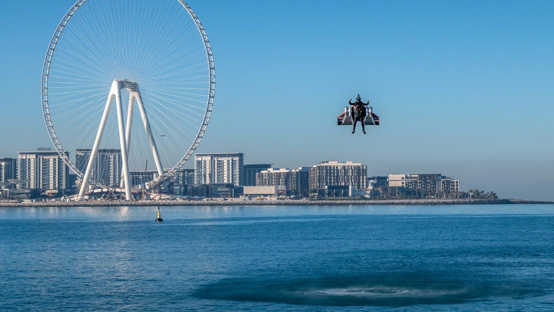 """""""Un importante hito"""": Un hombre sobrevuela Dubái a 240 kilómetros por hora (VIDEO)"""