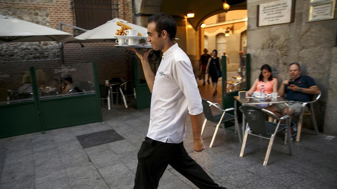VIDEO: Un camarero cae al suelo con cuatro platos y se las apaña para no soltar ninguno
