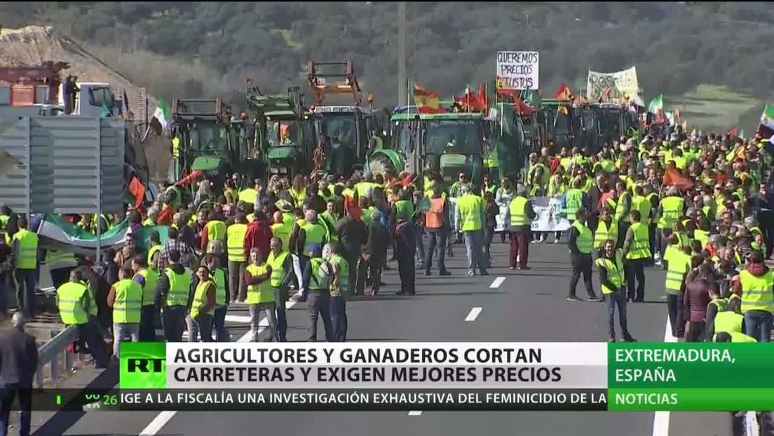 Agricultores y ganaderos españoles cortan carreteras exigiendo mejores precios para sus productos