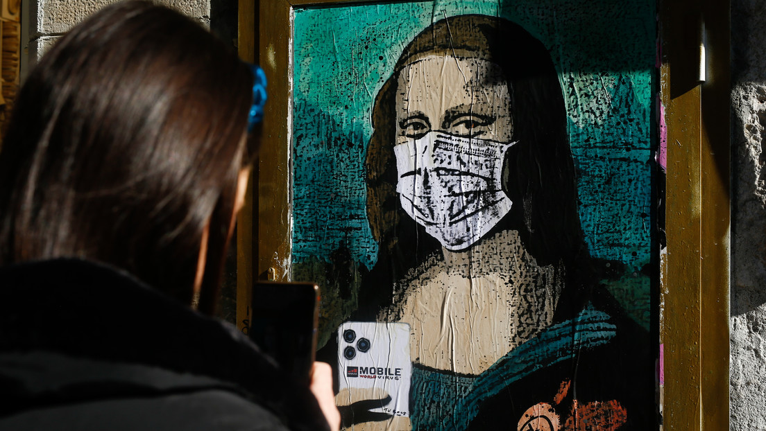 ¿Fobia al contagio del coronavirus? Aparece en Barcelona un grafiti de la Gioconda con mascarilla y móvil (VIDEO)
