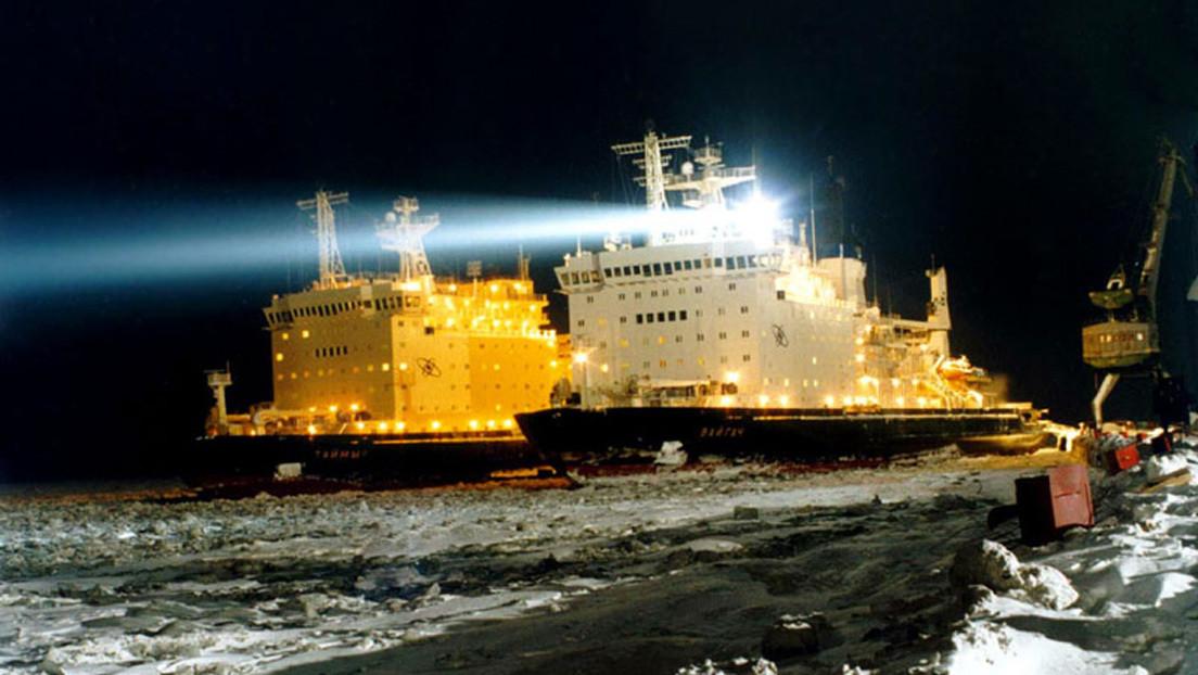 VIDEO: Una noche ártica se ilumina con el 'beso' de dos rompehielos nucleares