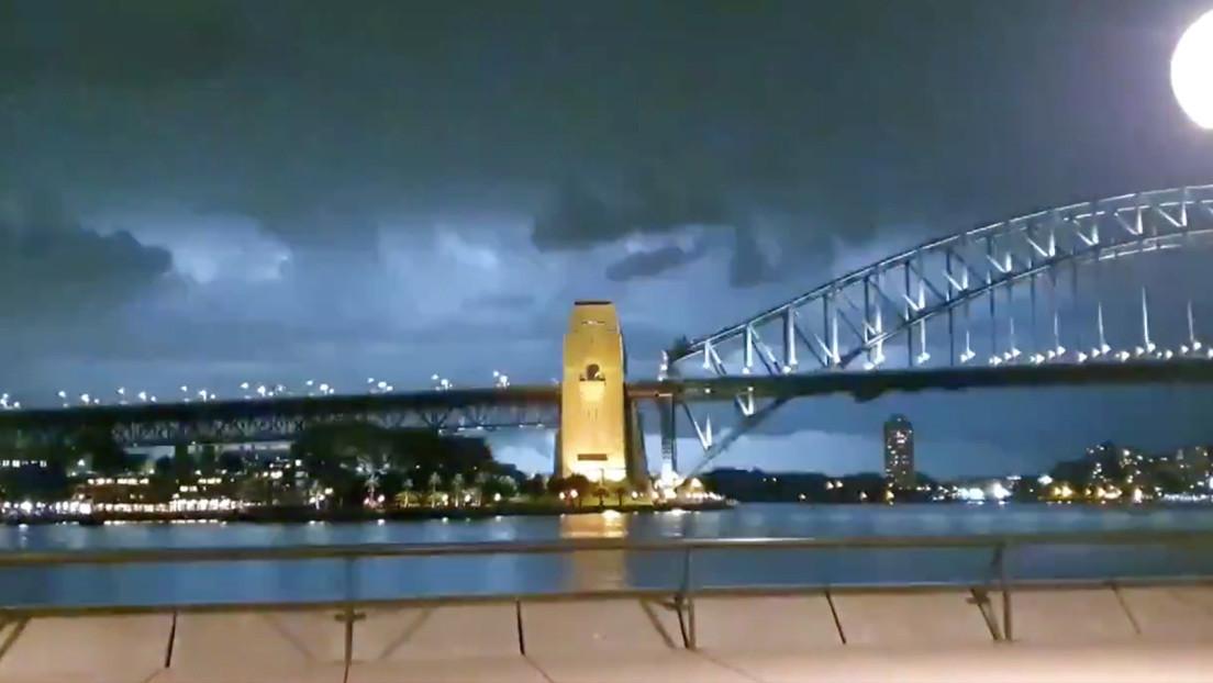 VIDEO: Un avión vuela a través de una poderosa tormenta eléctrica en Australia
