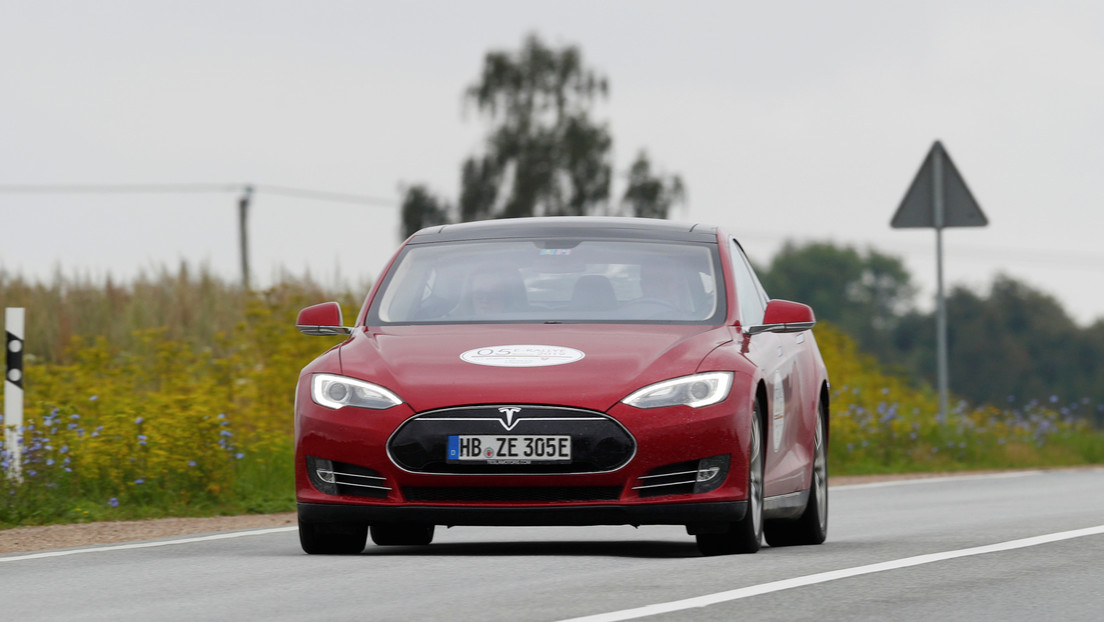 Con una simple pegatina engañan a dos modelos de Tesla para que aceleren a 140 km/h en tramos de 50