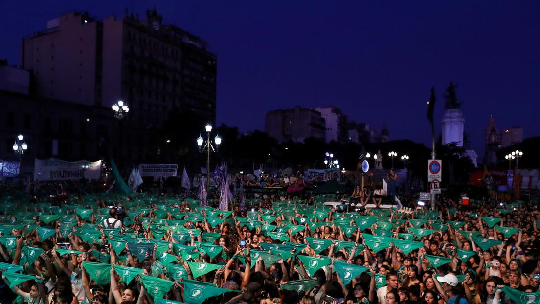 Feministas de Argentina renuevan la lucha por la legalización del aborto con debate y pañuelos verdes en alto