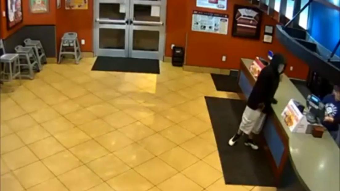 VIDEO: Dos agentes casados frustran un robo armado mientras tenían una cita en un restaurante de cómida rápida