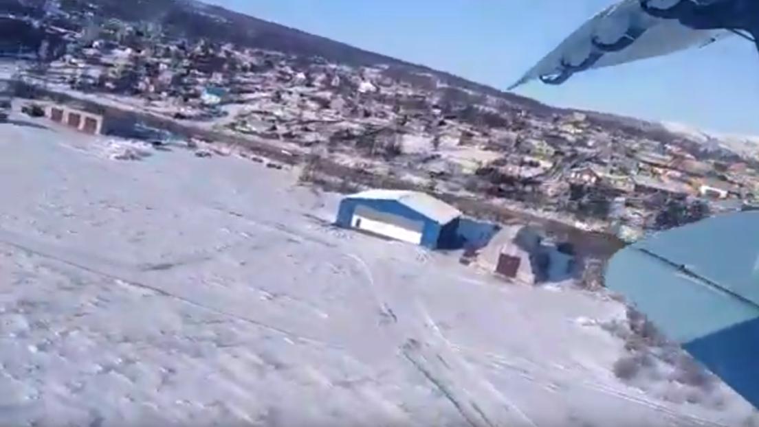 VIDEO: Pasajeros graban desde dentro el despegue fallido de un avión que cae tras elevarse 10 metros
