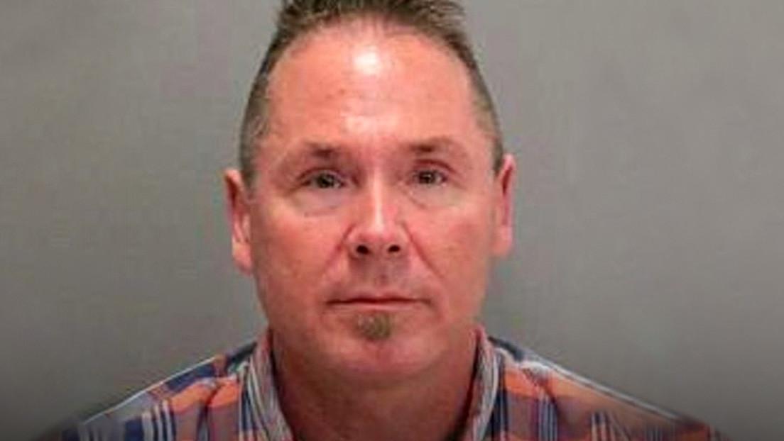Condenan a 15 años de cárcel a un hombre que fue sorprendido en un vuelo mientras enviaba mensajes a su pareja sobre pornografía infantil