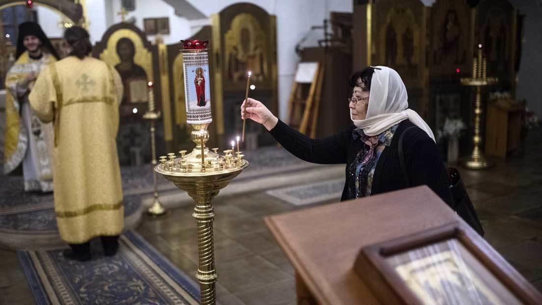 VIDEO: Un sacerdote de la Iglesia ortodoxa rusa bendice a su feligreses a manguerazos