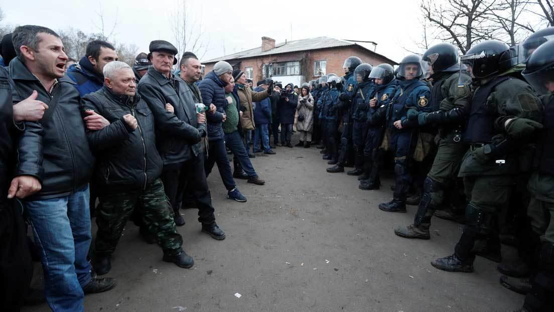 Apedrean en Ucrania el convoy con evacuados desde China por el coronavirus (VIDEO)