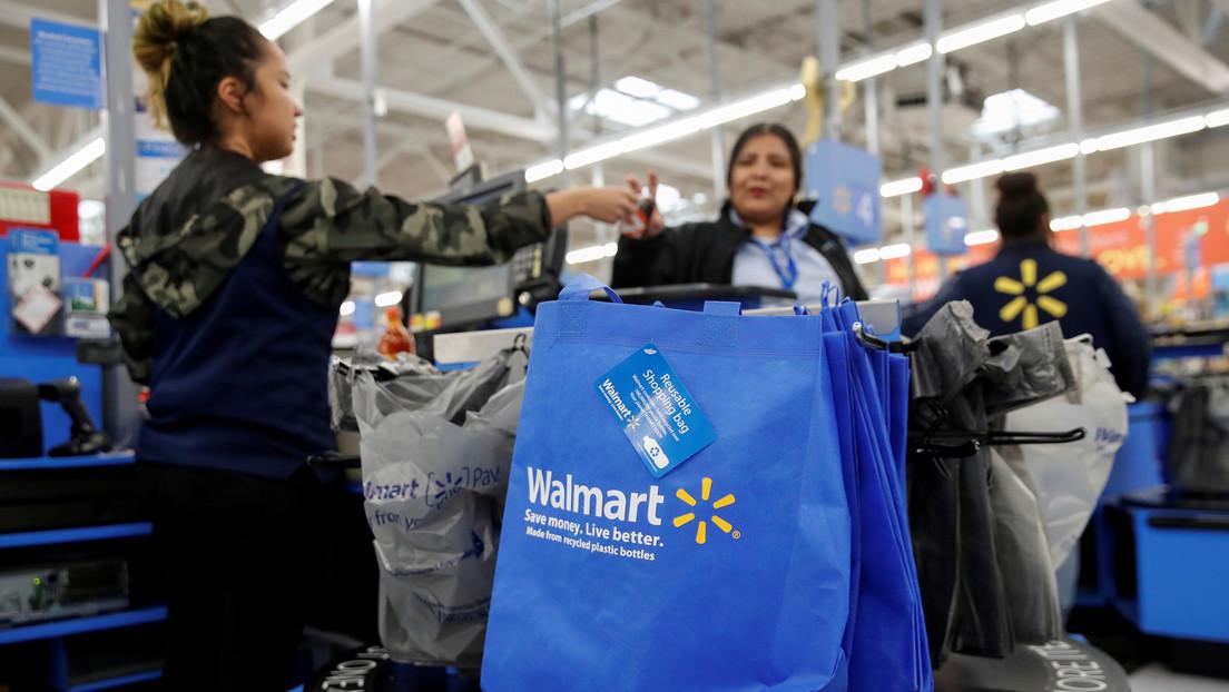Una trabajadora de Walmart se vuelve viral por su expresión gruñona mientras posa con productos de la tienda (FOTOS)