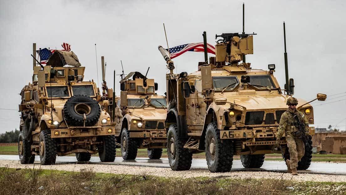 VIDEO: Un blindado estadounidense corta el paso a un vehículo militar ruso en una carretera en Siria