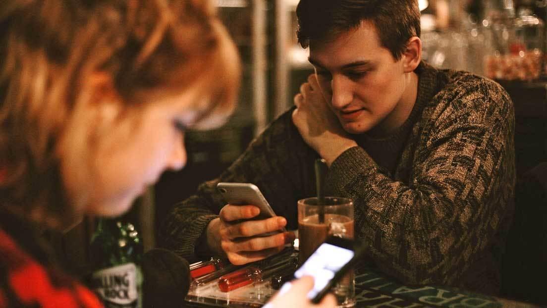 Científicos obtienen la primera prueba material de que el cerebro de los adictos al teléfono inteligente encoge de tamaño