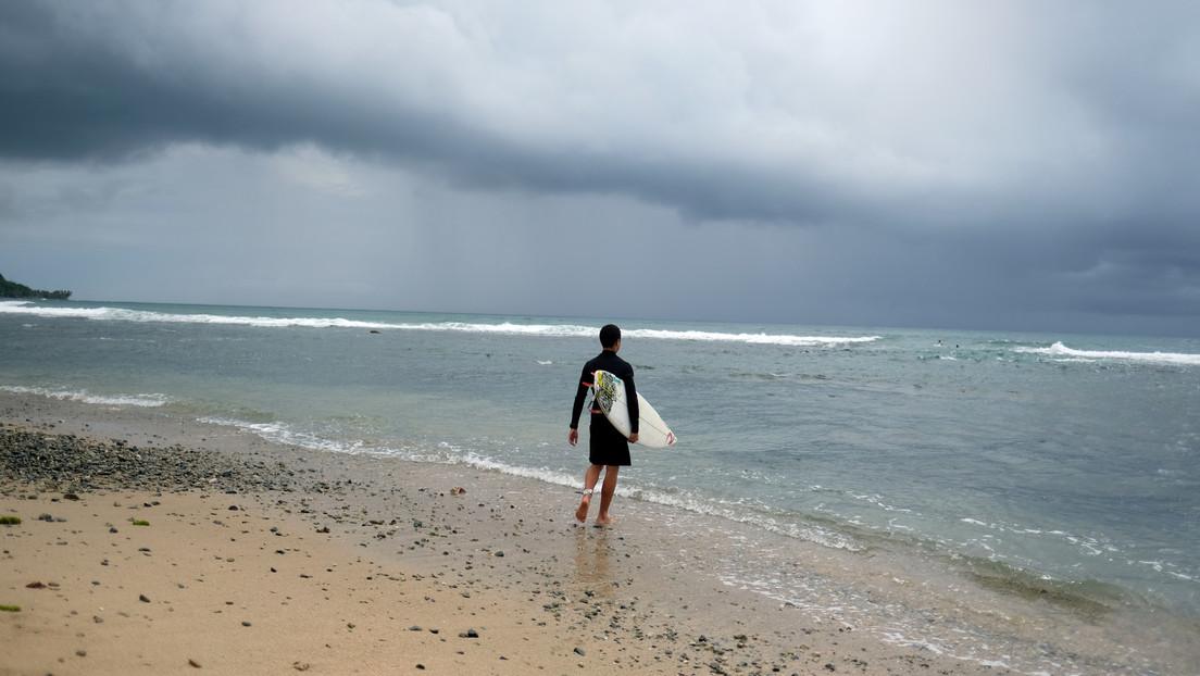 Un surfista comprueba que nadaba en una playa infestada de tiburones después de grabar un video con dron (VIDEO)