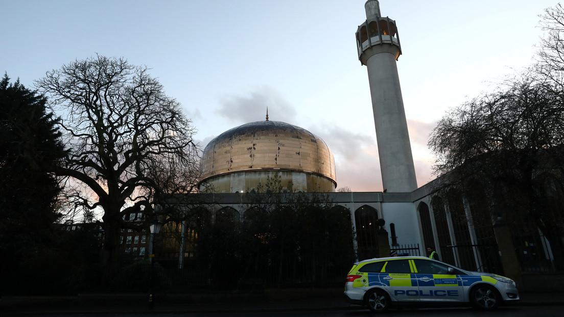 VIDEO: Un policía inmoviliza a un hombre que apuñaló al almuecín de la Mezquita Central de Londres