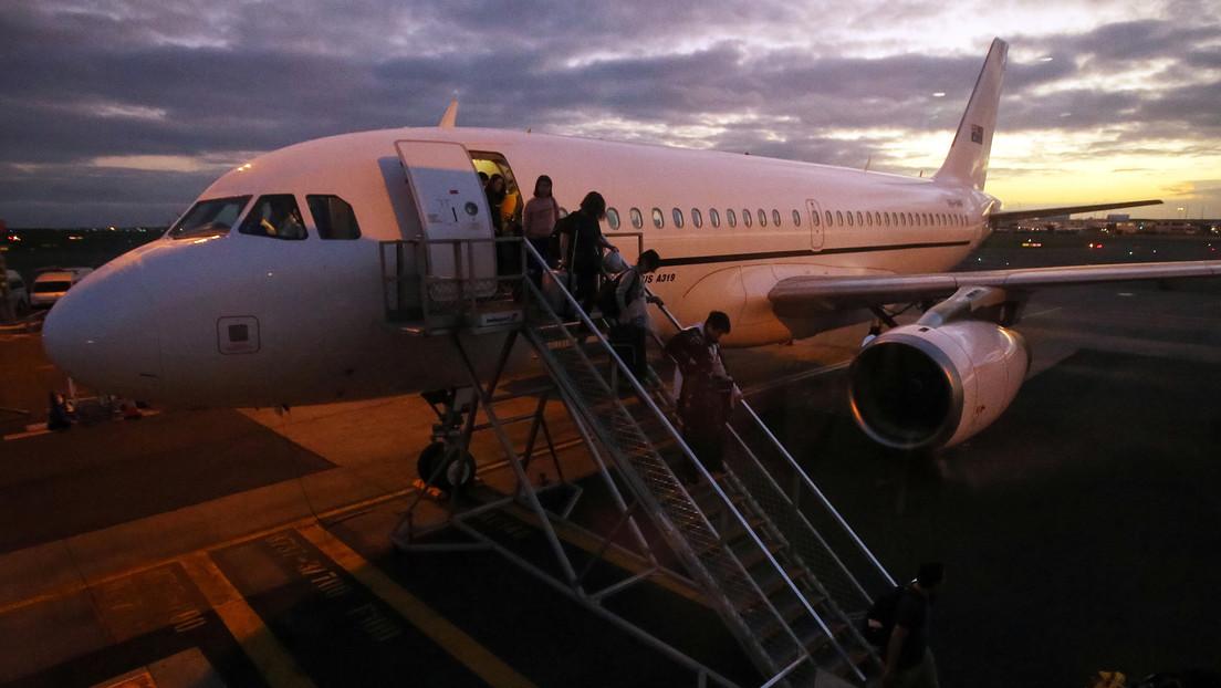 """""""Cuando tienes mucho miedo al coronavirus"""": Graban a una pareja envuelta en plástico durante un vuelo por Australia (VIDEO)"""