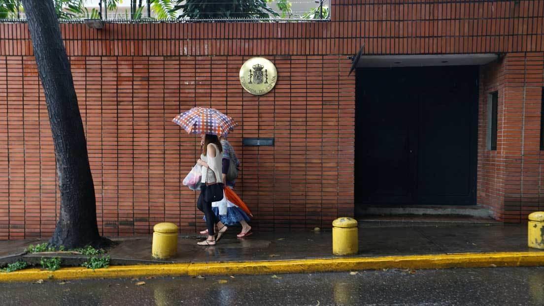 La embajada española en Caracas canjeó dólares en el mercado negro y usó el diferencial para financiar actividades proselitistas del Partido Popular