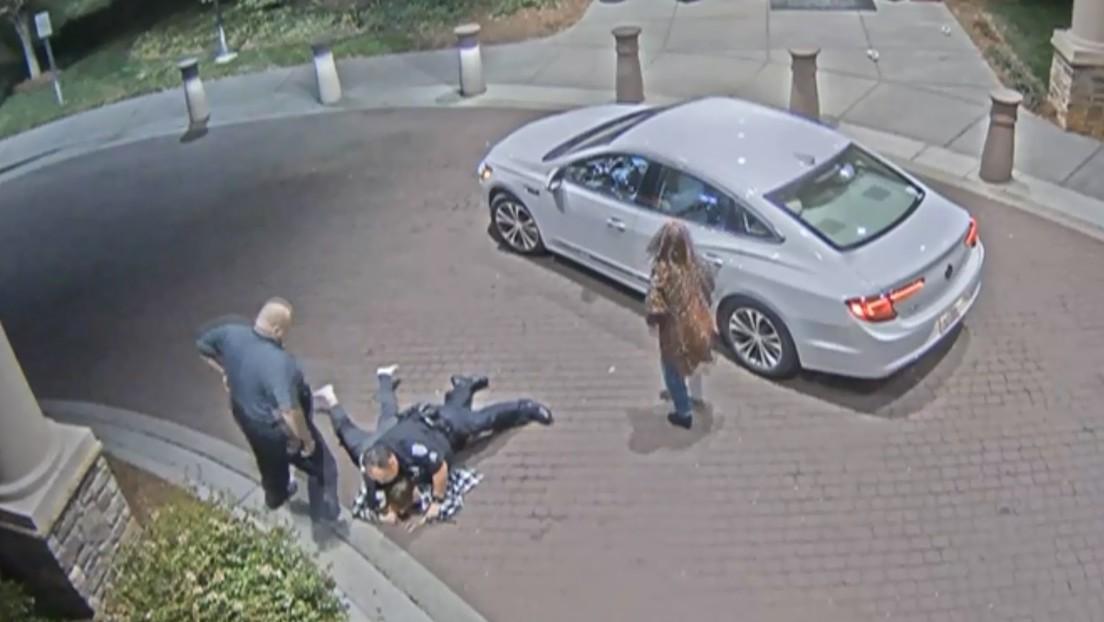 Una madre acusa a varios agentes de brutalidad por agredir a su hijo con problemas de salud mental (VIDEO)
