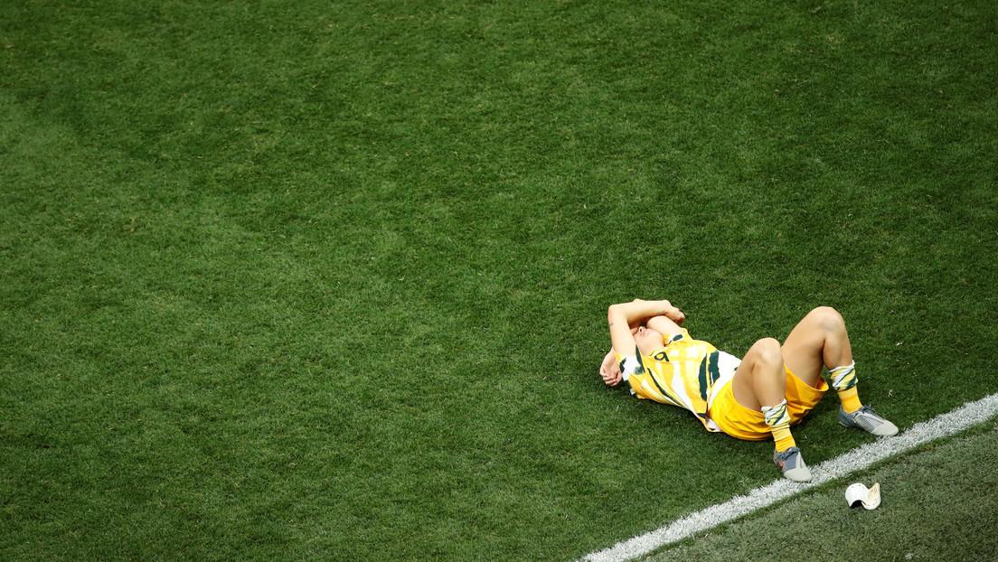 Una futbolista sufre una desgarradora lesión, pero continúa jugando