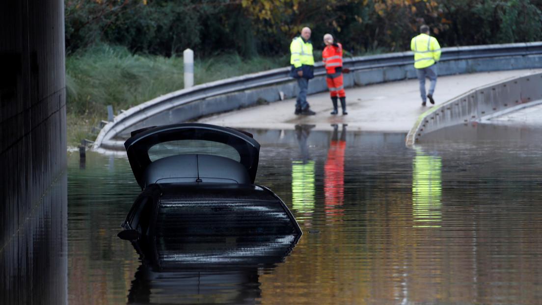 Rescatan a una británica que pasó 12 horas aferrada al techo de su automóvil en medio de inundaciones