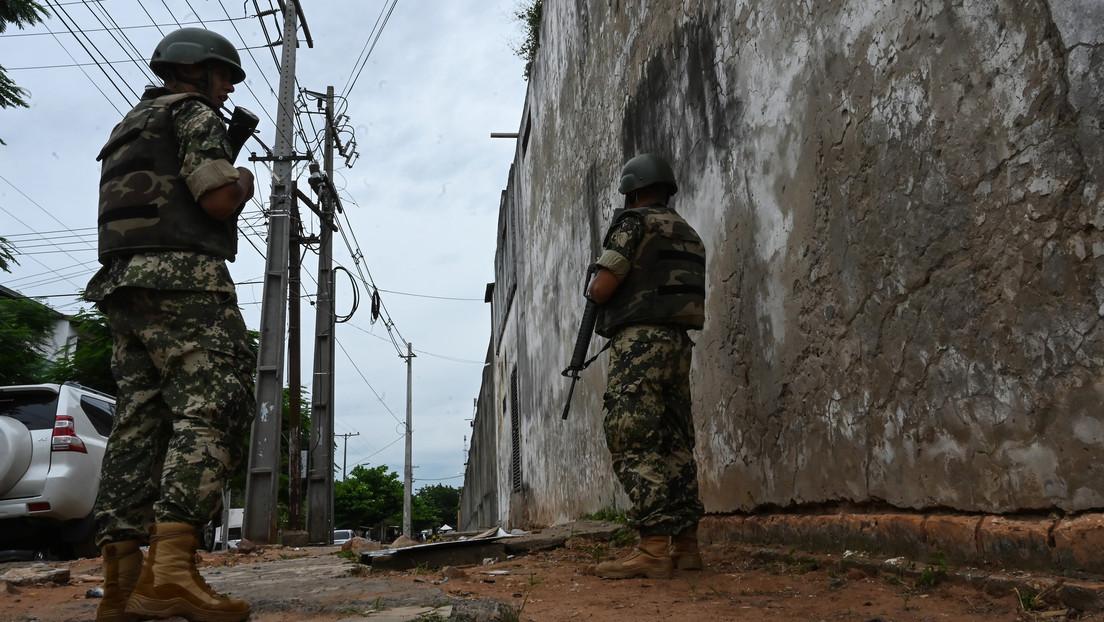 Difunden las primeras imágenes que vinculan a los guardias de una cárcel con la fuga de 75 reosen Paraguay (VIDEO)
