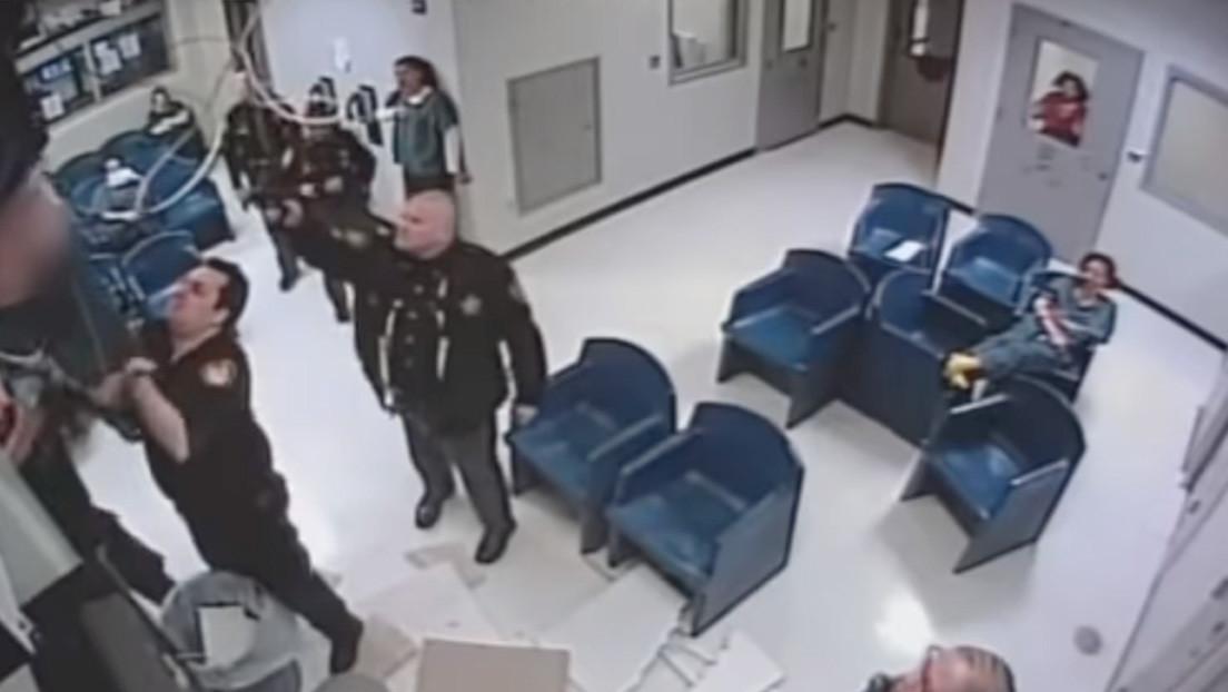 VIDEO: Intenta fugarse de una cárcel trepando por el techo, pero algo sale mal y acaba dentro de una papelera