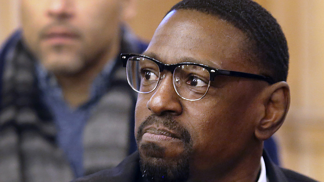 Un hombre que pasó 23 años en prisión tras ser condenado erróneamente recibe más de 1,5 millones de dólares de compensación