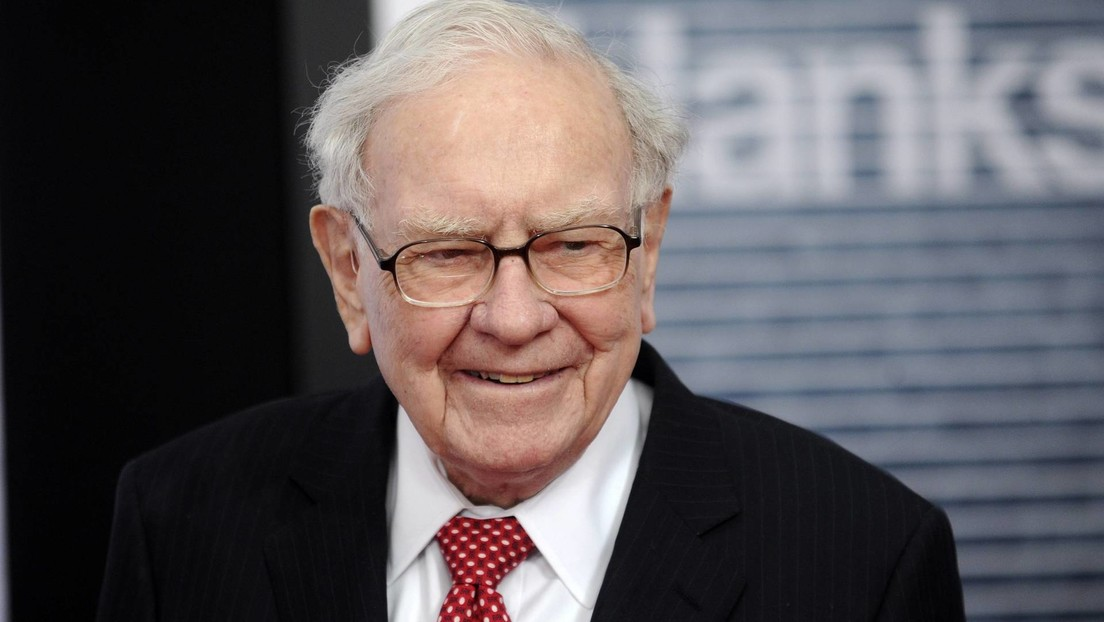 El multimillonario e inversor de Apple Warren Buffett reemplaza su barato teléfono plegable por un iPhone 11