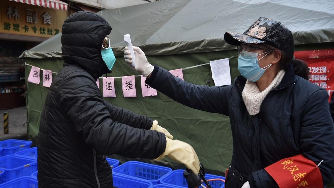 VIDEO: Un médico chino hace respiración artificial a un hombre desmayado en un supermercado en plena epidemia de coronavirus y es elogiado como héroe