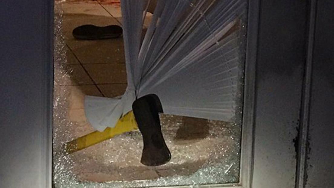 FOTO: Un hombre armado con un hacha irrumpe en una casa sin sospechar el doloroso giro que el asalto iba a dar para él