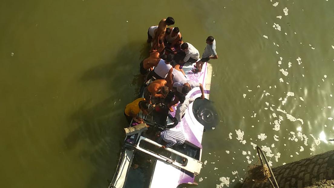Mueren camino a una boda 24 personas al caer su autobús a un río