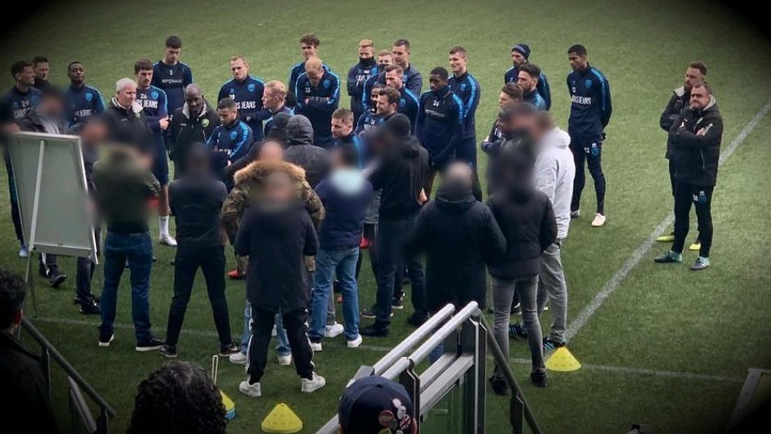 Cansados de las derrotas, 'hooligans' irrumpen en el entrenamiento de su equipo y dan una charla técnica a los futbolistas y al entrenador