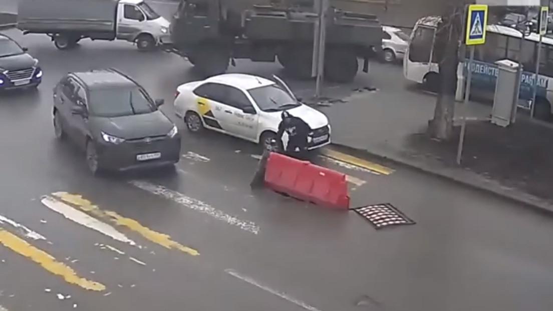 VIDEO: El triste final de una barrera vial que protege a peatones y vehículos del peligro