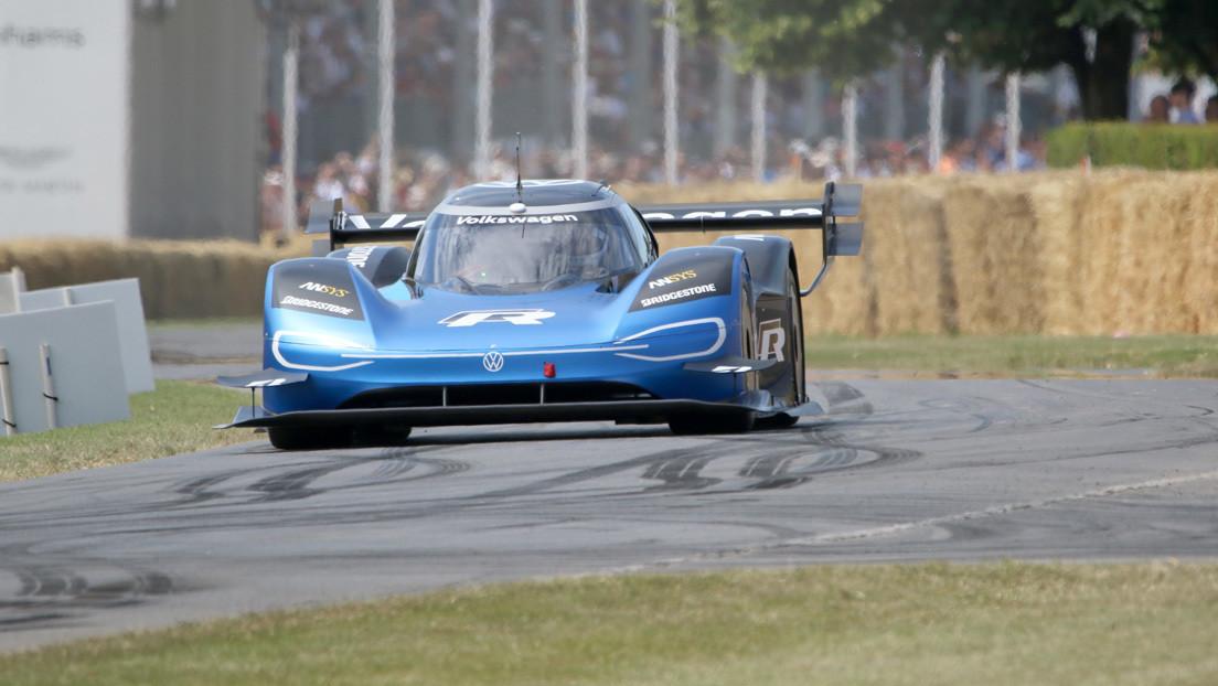 VIDEO: El coche eléctrico Volkswagen ID. R humilla a un superdeportivo McLaren en una espectacular carrera