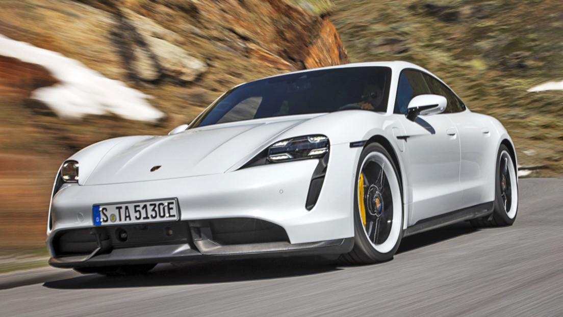 VIDEO: Así 'vuela' un potente Porsche eléctrico por una autopista sin límite de velocidad