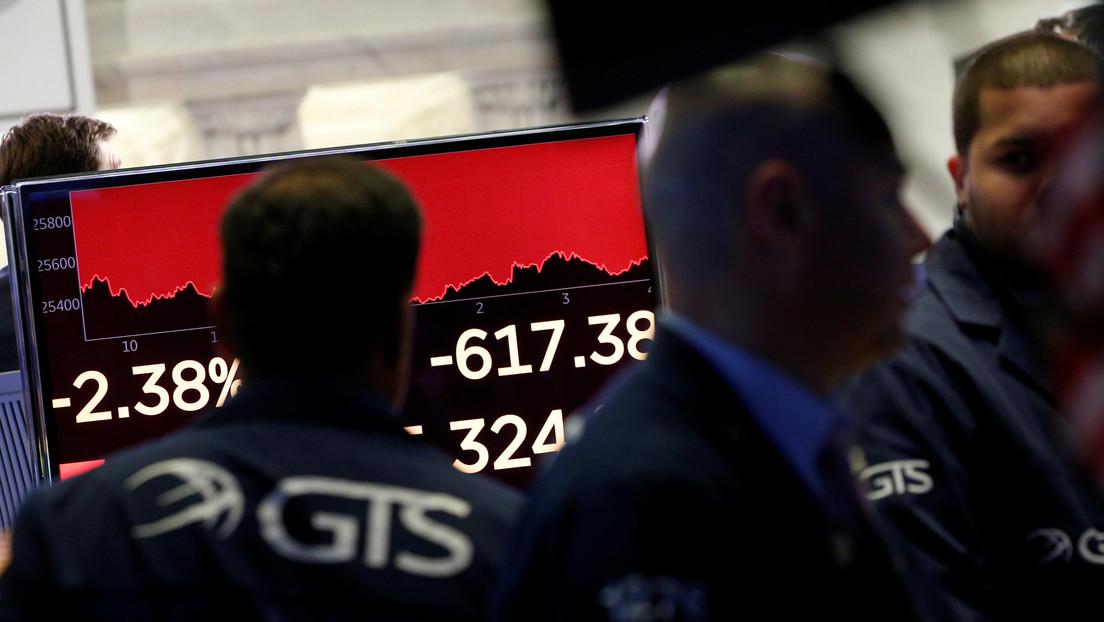 El Dow Jones prosigue su caída y pierde más de 1.000 puntos en medio del brote de coronavirus